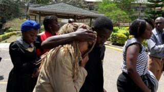 Jamaa na marafiki wa waliouawa walifika kutambua miili Chiromo, Nairobi mnamo Jumatano