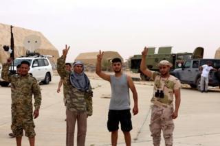 Vatiyye Hava Üssü'nü ele geçiren Libya Ulusal Mutabakat Hükümeti'ne nağlı güçler