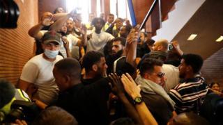 火事をめぐる行政の対応に抗議する住民50~60人が、ケンジントン・チェルシー区役所に押し寄せた(16日)