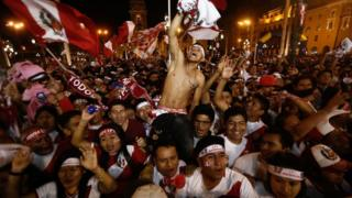 Hinchas de Perú celebran el regreso a un Mundial