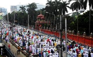 د هند کولکته ښار کې ځايي مسلمانان د اختر لمانځه لپاره یو ځای شوي