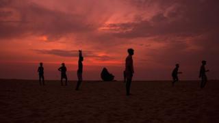 کیرالہ کے ساحل پر بچے