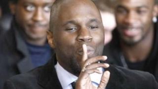 Il est accusé par la Banque centrale des Etats de l'Afrique de l'ouest (BCEAO) d'avoir brûlé un billet de 5000 francs CFA la semaine dernière.