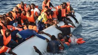 Au moins trente personnes ont péri ce samedi au large des côtes libyennes