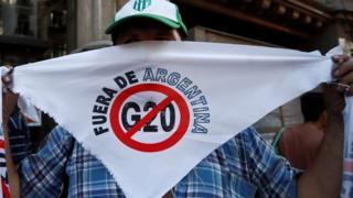 متظاهر يشارك في احتجاجات ضد قمة مجموعة العشرين في الأرجنتين