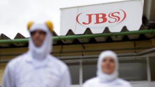 Empregados da JBS em fábrica no Paraná
