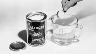 Lata de la leche en polvo de Nestlé Lactogen.