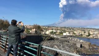 Homem filma erupção na Itália