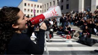 İtalya'da bir eylemci megafonla kitleye sesleniyor.