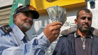 Gazzede elinde para tutan memur