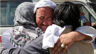 أفغاني يبكي خلال مراسم تشييع ضحايا التقجير الانتحاري