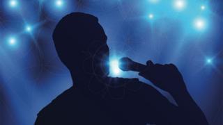 Un hombre cantando en un bar.