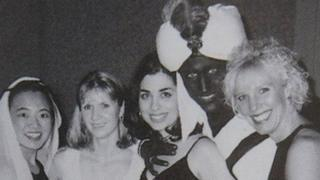 ترودو بين عدد من المشاركين في حفل مدرسي عام 2001 وقد طلى وجهه باللون الأسود.
