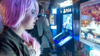 فتاة تمارس لعبة فيديو