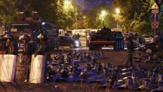 پلیس ارمنستان پارلمان را از تظاهرکنندگان حمایت می کند