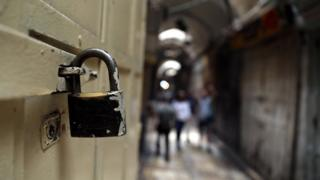 قفل على باب متجر في البلدة القديمة بالقدس