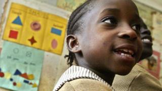 কেনিয়ায় কিশোর কিশোরীদের যৌন হয়রানি সম্পর্কে শিক্ষা দেওয়া হচ্ছে ক্লাসরুমে