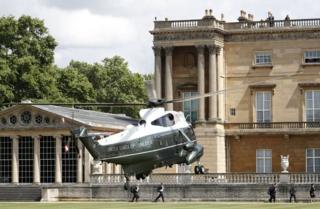 """特朗普和第一夫人乘坐""""海军陆战队一号""""直升机抵达白金汉宫。"""
