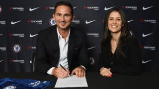 Lampard imzayı atarken kameralara poz verdi