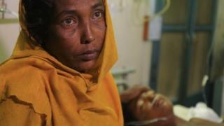 ロシダ・ハケさんは地雷で両足を失った15歳の息子の命が助かる見込みは少ないと語った
