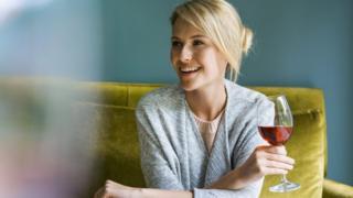 Mujer tomando vino tinto