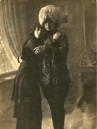 Devrim öncesi poz veren lezbiyenler