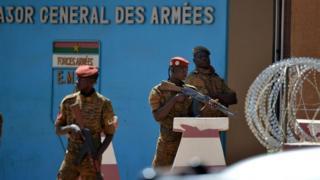 Des militaires en service devant l'Etat-major général des armées du Burkina Faso