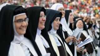Monjas asisten a la beatificación de Chiquitunga.
