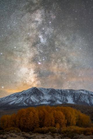 Karla kaplı bir dağ ve Samanyolu galaksisi