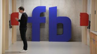 Homem espera elevador o escritório do Facebook em Londres
