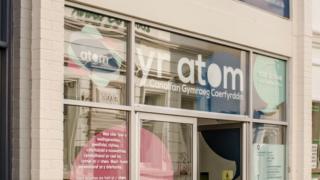 Yr Atom