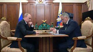 Yangının ardından Rusya Devlet Başkanı Vladimir Putin, Savunma Bakanı Sergey Şoygu ile bir araya geldi
