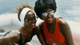 Whitney Houston (ibumoso) na Robyn Crawford mu bwato muri Australia mu 1987