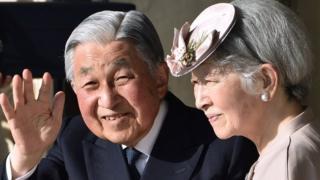 5月1日,日本天皇明仁让位(图为日本明仁天皇和皇后退位前的资料照片)。