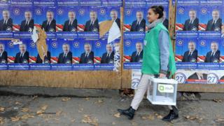 Сотрудник ЦИК Грузии с избирательными бюллетенями