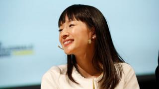 Marie Kondo sorri em um evento