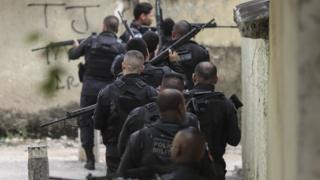Policiais militares em ação no Rio