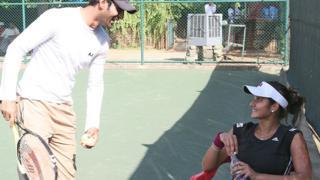 স্বামী ক্রিকেটার শোয়েব মালিকের সঙ্গে টেনিস তারকা সানিয়া মির্জা