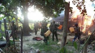جنود من ميانمار يحرقون كوخا يشتبه بأنه يعود لمتمردين شاركوا في هجمات ضد الحكومة