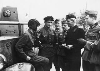 Tại Brest, ngày 29/09, Hồng quân Liên Xô và quân Đức vui đùa, hút thuốc lá thân ái sau cuộc hợp đồng tác chiến cùng đánh và chia đôi lãnh thổ Ba Lan. Quân Liên Xô xâm lăng Ba Lan ngày 17/09 bằng một lực lượng áp đảo.