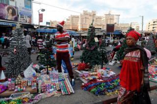 Seneqal paytaxtı Dakarda küçə alveri - bu sırada Milad bayramı yolkalar və digər bəzək əşyaları satılır.