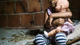 De falta de esgoto a moradores demais, os problemas de lares brasileiros que atrasam o desenvolvimento de crianças