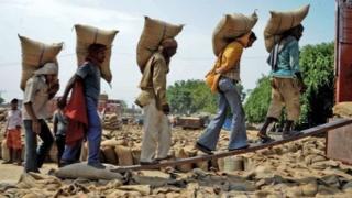 شیوع کرونا میلیونها نفر را در کشور ۱/۳ میلیارد نفری هند بیکار کرده و کسب و کارهایکوچک و بزرگ بسیاری را به تعطیلی کشانده است