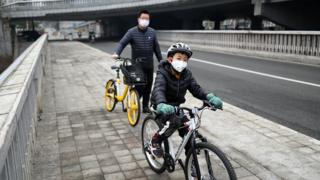 Menino chinês andando de bicicleta