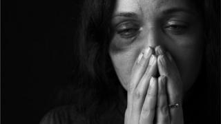 imagem de banco de imagens de mulher sofrendo