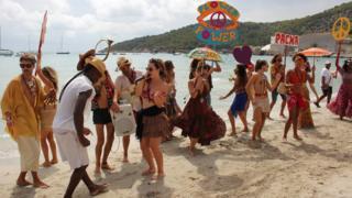 Gente bailando en un club de playa en Ibiza.