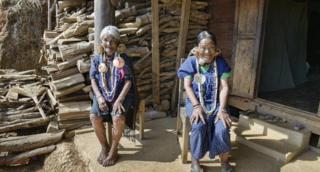 Yaw Shen, seorang perempuan M'kaan berusia 86 tahun dan tetangganya, Hung Shen yang berusia 88 tahun.