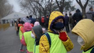 带着口罩的北京学生