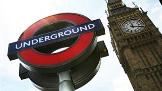 Señal del metro de Londres y el Parlamento