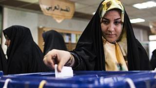 Mujer deposita su voto.